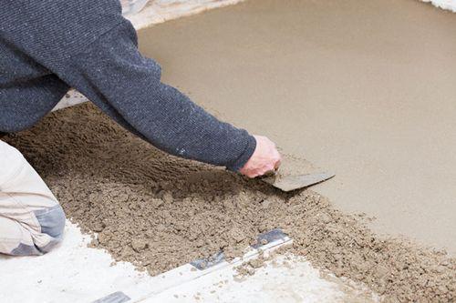 Цементная стяжка пола своими руками: от кучи цемента до идеального результата