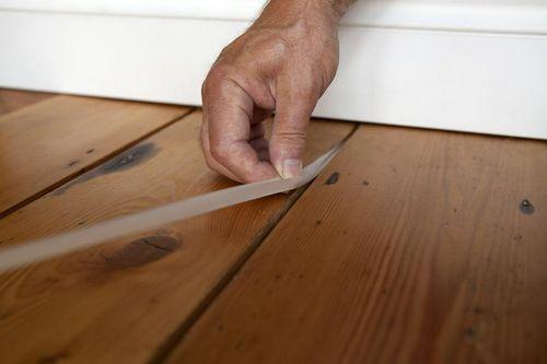 Чем заделать щели в деревянном полу: инструкция и фото