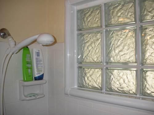 Чем закрыть окно в ванной: способы капитальной заделки и идеи для декора