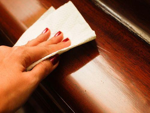 Чистка мебели от пятен: основные принципы и средства удаления