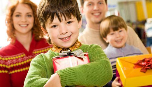 Что подарить маленьким мальчикам и школьникам на 23 февраля, видео