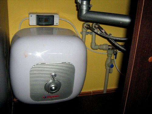 Если отключили горячую воду, куда звонить и как повлиять на работу служб