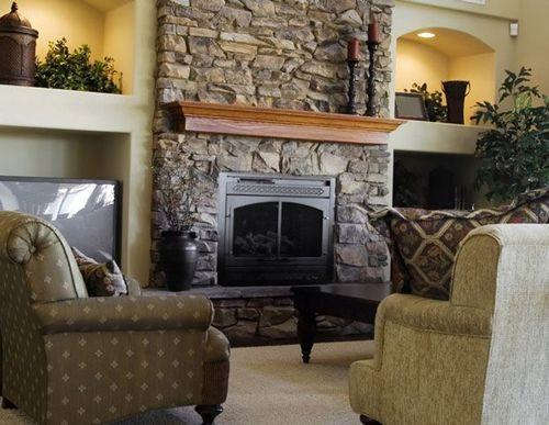 Интерьер комнаты с камином: настенный комнатный камин, печь камин в современной каминной комнате, примеры на фото и видео