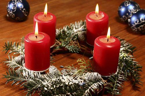 Как ярко и красиво украсить новогодний венок из шишек?