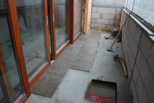 Как положить плитку на пол на балконе (видео)