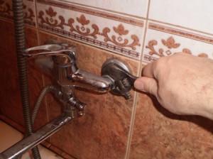 Как поменять смеситель в ванной своими руками - инструкция с видео