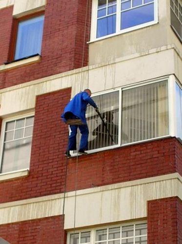 Как помыть окно на балконе снаружи на высоком этаже