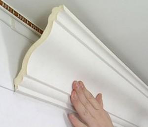 Как правильно и аккуратно приклеить потолочный плинтус