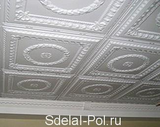 Как правильно клеить потолочную плитку: инструкция и фото по поклейке, виды и размер плитки