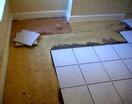 Как уложить плитку на пол при перепадах по высоте: совет эксперта