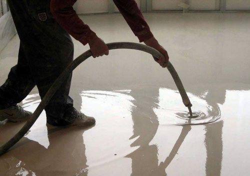 Как заливать полы в квартире своими руками