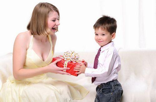 Какой подарок преподнести маме на 8 марта: фото, видео и советы