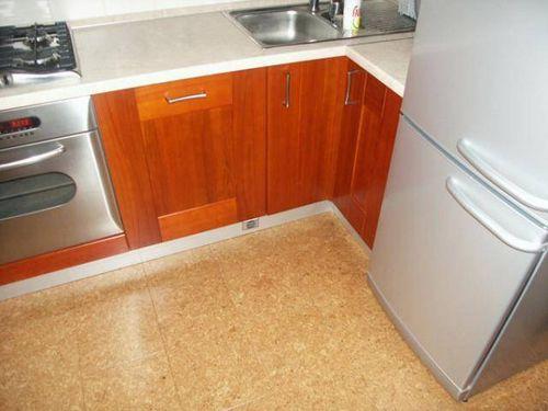 Какой пол лучше сделать на кухне - кафельный или деревянный?