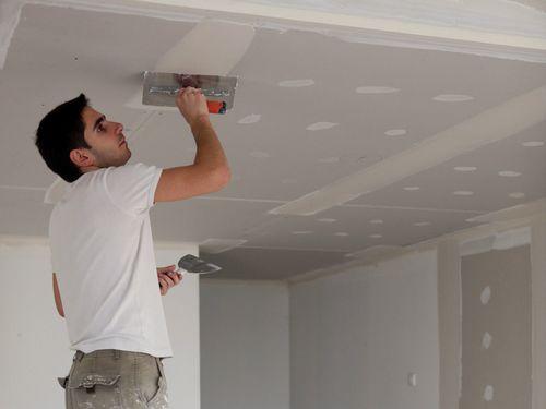 Короб из гипсокартона на потолке натяжном с подсветкой и монтаж на кухне
