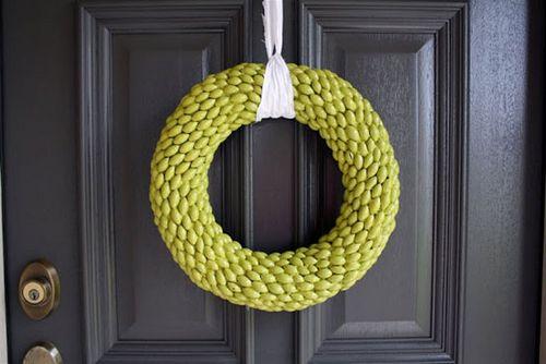 Поделки из желудей для дома: декоративный венок на дверь