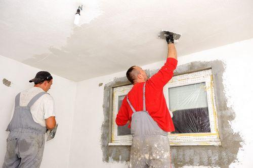 Поклейка флизелиновых обоев на потолок под покраску, стеклохолст и отделка плинтусом