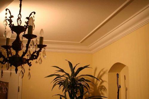 Потолочный плинтус для натяжных потолков: виды и особенности