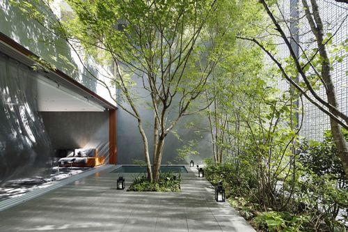 Потрясающий дом с внутренним двориком и фасадом из стеклянных блоков