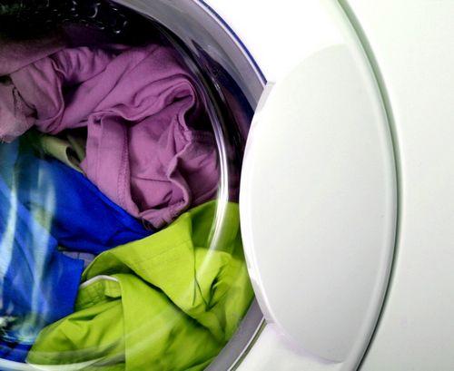 Ржавчину на белой и цветной одежде: правила и средства удаления