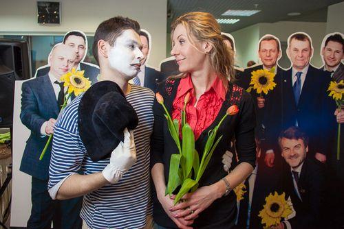 Смешные сценки на 8 Марта для школьников: фото, видео, примеры