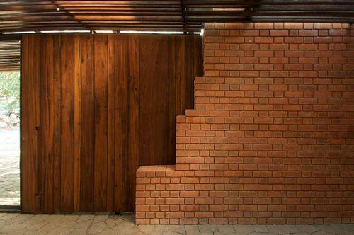 Какой дом лучше построить кирпичный или деревянный