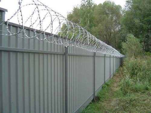 Варианты забор из профнастила для сборки своими руками