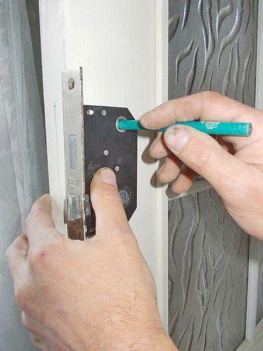 Врезка замка в межкомнатную деревянную дверь своими руками. Инструкция в фотографиях