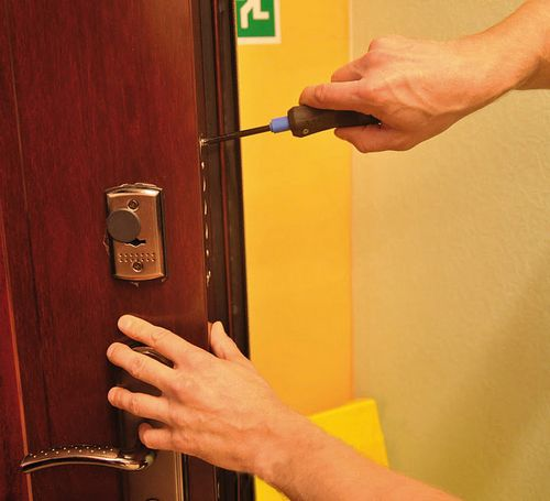 Замена личинки врезного замка в двери