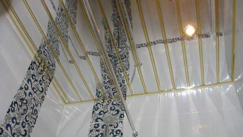 Зеркальный потолок в ванной: фото примеры